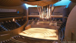 Фрэнк Гери спроектировал и концертный зал Walt Disney Concert Hall в Лос-Анджелесе на 2265 мест