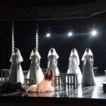 Светлана Мончак (Марфа) своим голосом и сердцем до последнего пытается спасти великую оперу от превращения в фарс. Фото - Сергей Бирюков