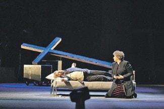 Верующих возмутило использование христианских символов в постановке новосибиского театра. Фото с сайта www.opera-novosibirsk.ru