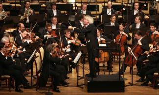 Сэр Саймон Рэттл дирижирует Берлинским филармоническим оркестром на концерте в Абу Даби в ноябре 2010 года. Кто будет руководить самым известным оркестром в мире?