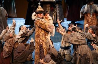 Сцена из туринской постановки «Бориса Годунова»