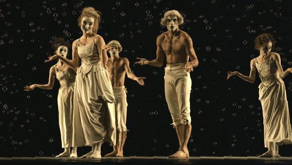 """Сцена из балета """"Шесть танцев"""", постановка - Иржи Килиан. Фото - Олег Черноус"""