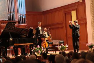 Денис Мацуев благодарит оркестр «Вена - Берлин». Фото - Сергей Бирюков