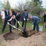 Перед концертом музыканты вместе с губернатором Андреем Воробьевым посадили красный дуб на знаменитой аллее музея
