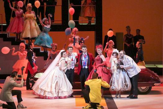 """Сцена из оперы Моцарта """"Свадьба Фигаро"""" в постановке Евгения Писарева в Большом театре"""