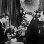 Дмитрий Шостакович вручает первую премию Валерию Климову. 1958 г. Фото - Дом-музей П.И. Чайковского в Клину