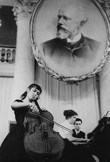 Наталья Гутман во время выступления на II Конкурсе имени Чайковского. 1962 год