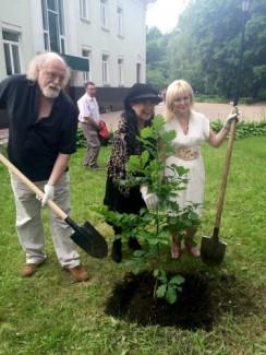 Питер Донохоу, Лиана Исакадзе и глава администрации Клинского района Алена Сокольская сажают дуб в парке музея. 26 июня 2015 г.