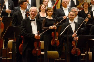 Гидон Кремер с музыкантами оркестра Дрезденской Штаатс капеллы