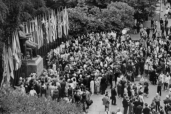 Церемония в день открытия IV Международного конкурса у памятника П. И. Чайковскому перед Московской консерваторией, 1970 г. Фото - предосталено музеем Чайковского в Клину