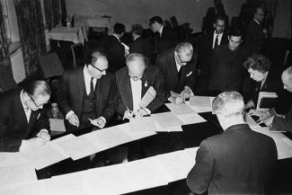 """Члены жюри III конкурса по специальности """"виолончель"""" подписывают дипломы лауреатов, 1966 год"""