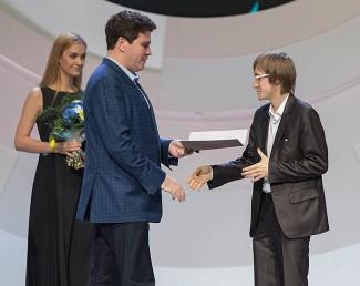 Денис Мацуев вручает премию Дмитрию Маслееву. Фото - tchaikovskycompetition.com