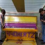 Среди уютных деревьев и кустов в московском дворе разместилось самое настоящее пианино