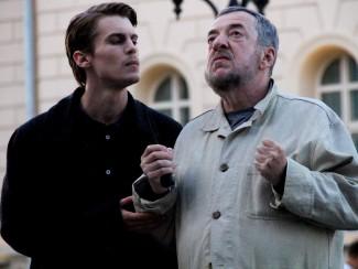 Молодой актер Иван Янковский внимает каждому слову мэтра. Фото пресс-службы кинокомпаний «Мастерская Павла Лунгина» и «Art Pictures Studio»