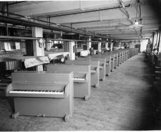 """Во время Второй мировой войны Steinway & Sons производят пианино под названием """"Victory Vertical"""" для американских войск"""