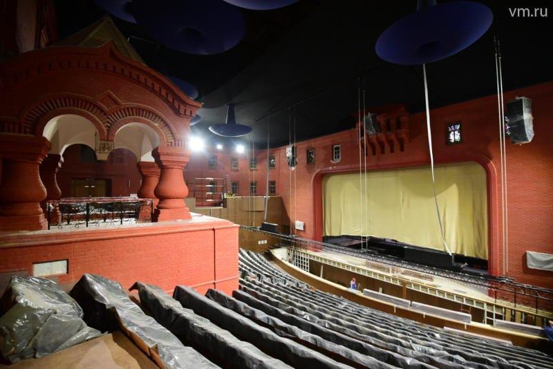 В обновленном здании театра «Геликон-опера» завершаются работы по монтажу сценического оборудования. Фото - Антон Гердо