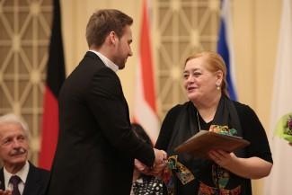 Член жюри Лариса Гергиева вручает награду победителю. Фото: Пресс-служба Культурного центра Елены Образцовой