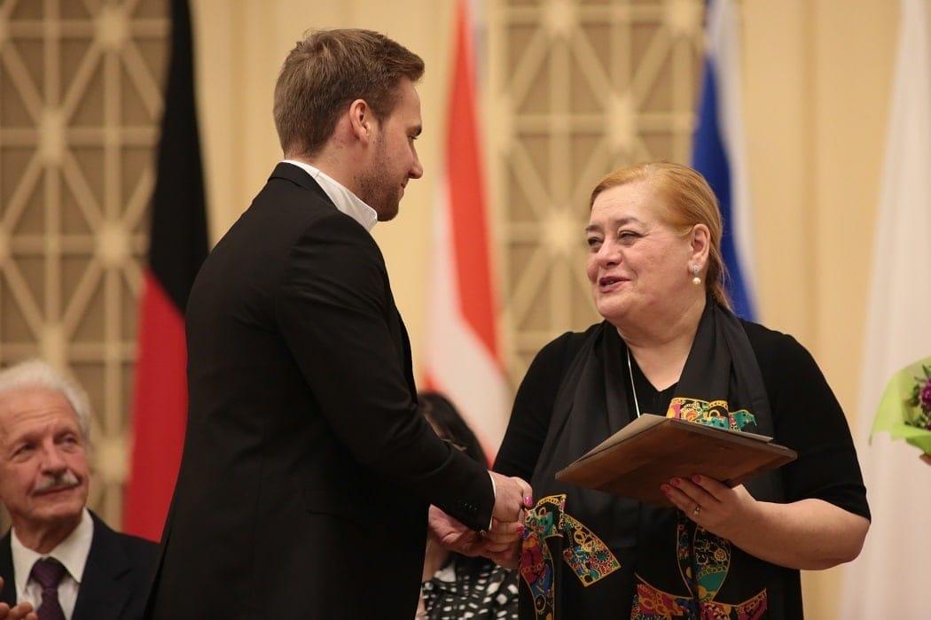 Член жюри Лариса Гергиева награждает победителя. Фото: Пресс-служба Культурного центра Елены Образцовой