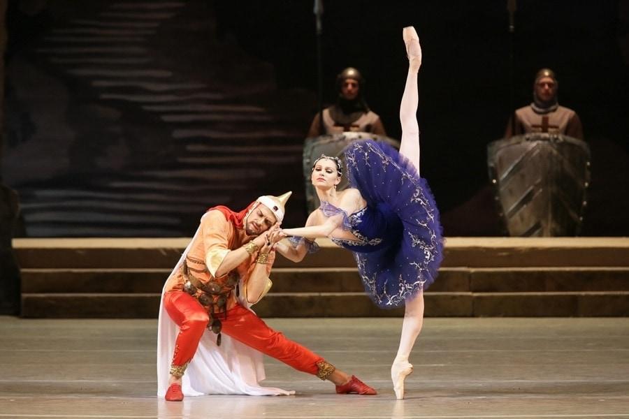 """Сцена из спектакля """"Раймонда"""". Фото с сайт Мариинского театра"""