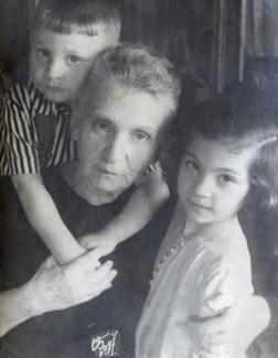 Элисо с бабушкой Аанастасией Давидовной Вирсаладзе и братом Давидом