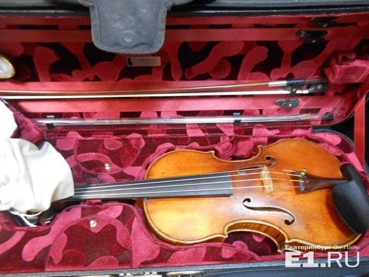 Таможня Кольцово показала скрипку, которую изъяли у чешского музыканта