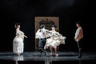 На эрмитажной сцене оперу разыграли в скупых декорациях. Фото - Евгения Меликова
