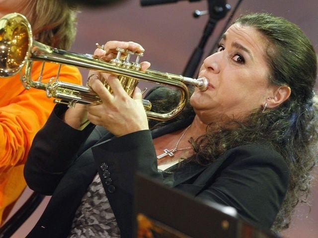 Хорошая постановка. Кто это так здорово делает вид, что играет на трубе?