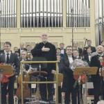 Жест благодарности дирижера – публике. Фото предоставлено пресс-службой Санкт-Петербургской филармонии
