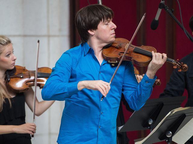 Что это за скрипач в синей рубашке?