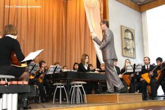 «Не уверен — не аплодируй!» — предупреждают зрителей на входе в зал Курганского колледжа искусств им. Д. Шостаковича