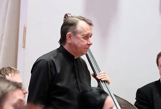 Этот человек точно имеет отношение к оркестру. Его имя..
