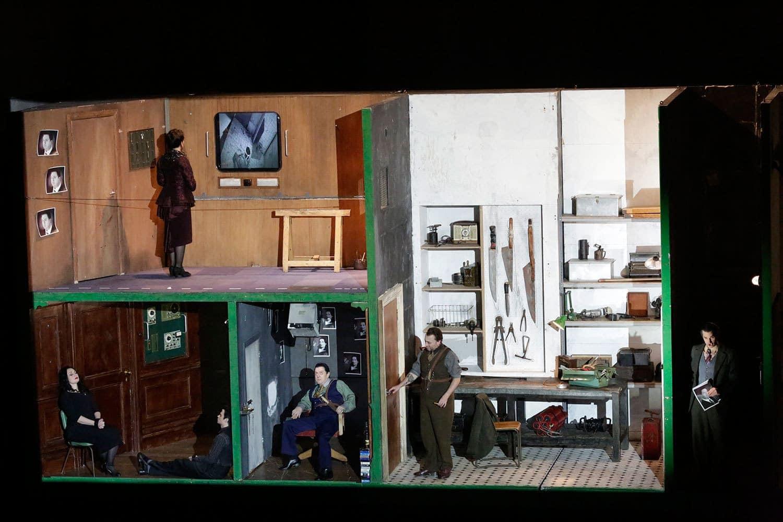 Персонажи оперы Генделя держат друг друга под замком и разглядывают через монитор. Фото - Дамир Юсупов