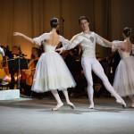 Александр Рудин солировал на виолончели, а перед ним на полукруглой площадке развернулся балетный дивертисмент. Фото: Евгений Евтюхов