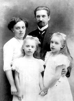 Леонид и Елена Бекман с дочерьми Олей и Верой
