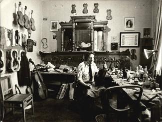 Денис Яровой в своей мастерской, 1989 год. Фото из личного архива Владимира Калашникова
