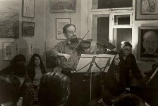 Михаил Безверхний выступает на пятничном концерте в студии Ярового, 1980 год. Фото из личного архива Владимира Калашникова