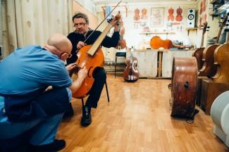 Анатолий Гринденко заглянул проверить, как продвигается ремонт его барочной виолы да гамба. Фото - Антон Белицкий / МОСЛЕНТА