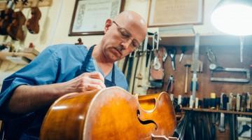 Владимир Калашников с виолончелью. Фото - Антон Белицкий / МОСЛЕНТА