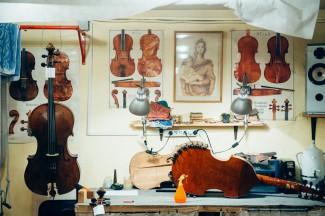 Калашников делает инструменты на закакз, но его основная работа - ремонт и реставрация. Фото - Антон Белицкий / МОСЛЕНТА