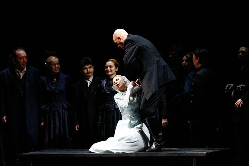 В спектакле Катерина Измайлова во время свадьбы с Сергеем теряет сознание от ужаса происходящего. Фото - Дамир Юсупов / Большой театр