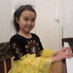 Юная пианистка Нураим Жоробекова. Фото: ПРООН