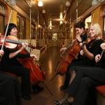 Музыканты в вагоне Московского метрополитена в перерыве одного из концертов