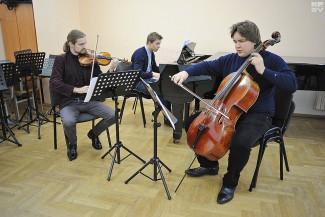 Артем Шишков (скрипка), Иван Каризна (виолончель), Кирилл Кедук (фортепиано). Фото: Виктор Гилицкий