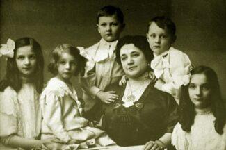 Иола Торнаги, первая жена Федора Шаляпина, в окружении детей — Ирины, Бориса, Лидии, Федора и Татьяны.