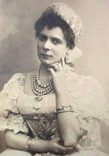 На премьере «Лебединого озера» в Мариинском театре в 1895 году итальянская танцовщица Пьерина Леньяни поразила зрителей невиданным приемом — рекордным количеством фуэте. Сколько вращений выполнила балерина?