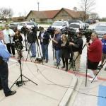 Представитель полиции города Бенбрук (штат Техас, США) общается с прессой