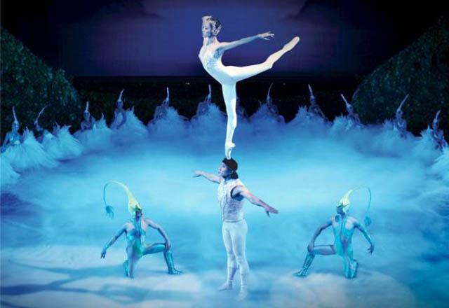 Балет «Лебединое озеро» Чайковского имеет множество воплощений на сцене. Среди них есть и постановки с национальными культурными особенностями разных стран. Но какого варианта пока что не существует?
