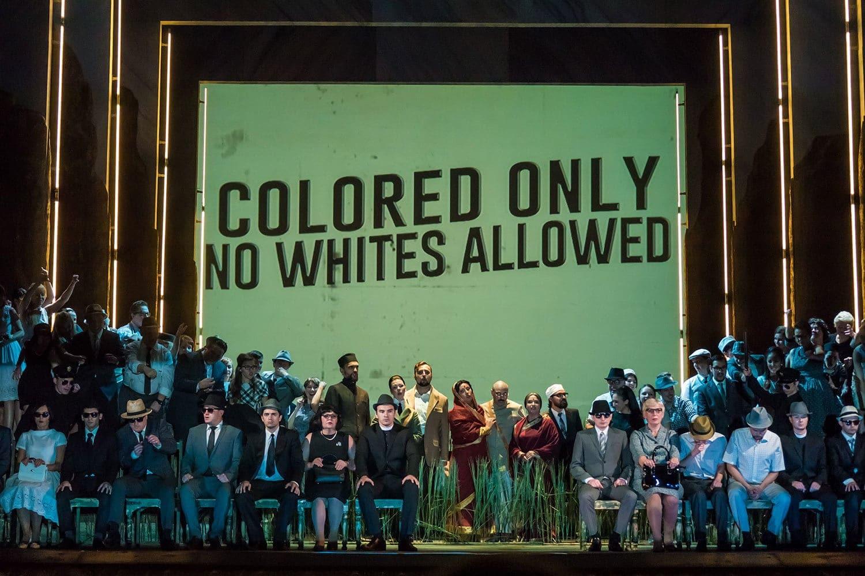 Сцена из оперы «Сатьяграха» в постановке Екатеринбургского театра оперы и балета. Фото - Сергей Гутник