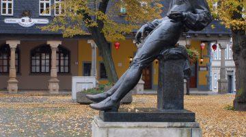 Памятник молодому Баху стоит в Арнштадте на том самом месте, где произошла драка с Гайерсбахом