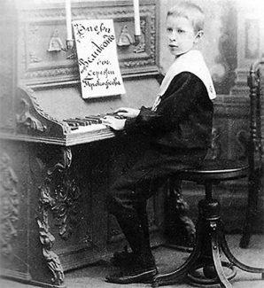 Маленький Сережа за фортепиано
